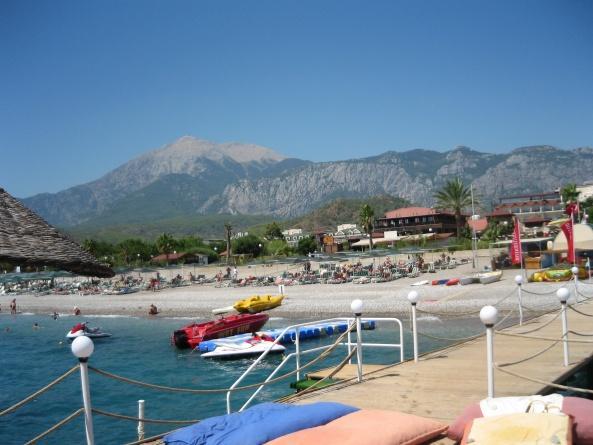 Вид на пляж отеля L'Oceanica и гору Тахталы