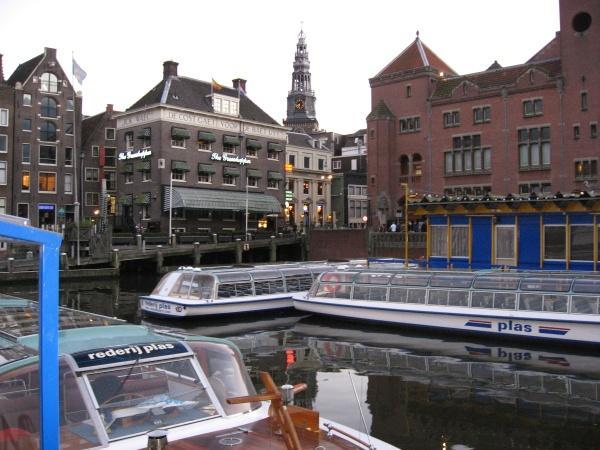 Отсюда отправляются на экскурсии по каналам Амстердама.