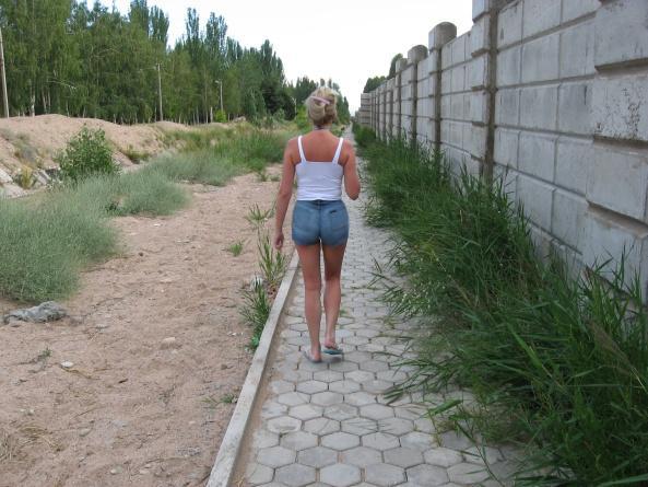Дорога к пляжу в гостевом доме на Иссык-Куле