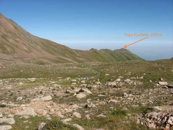 Вид на гору Кумбель со стороны моренных озер