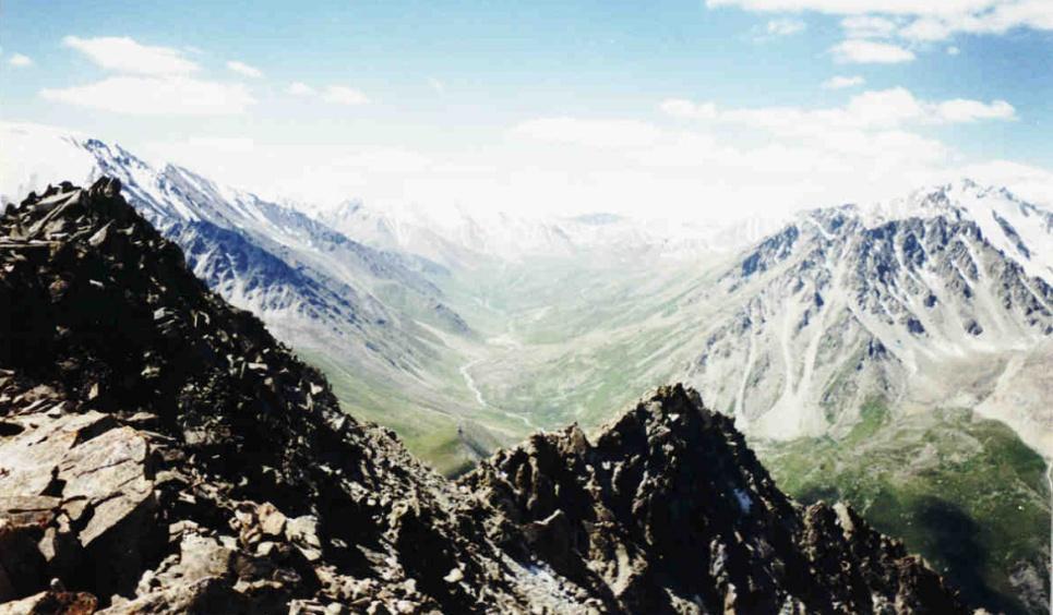 Вид на ущелье Проходное с пика Большой алматинский
