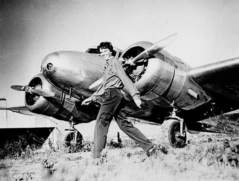 Амелия Эрхарт направляется к самолету Локхид Электра, чтобы отправится в свой легендарный, последний полет