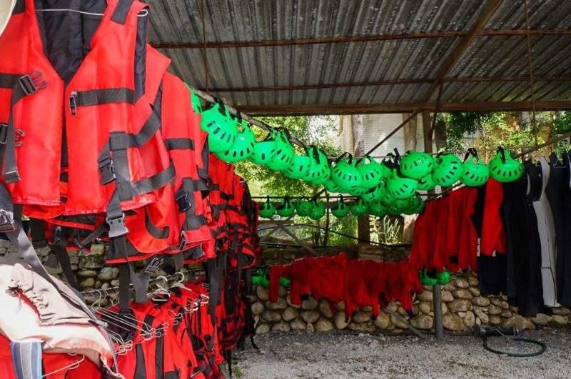 Экипировка для рафтинга - жилеты, каски, гидрокостюмы