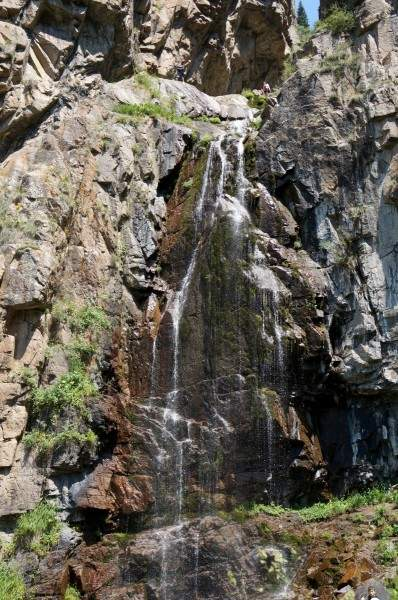 Нижний Бутаковский водопад, вверху два человека