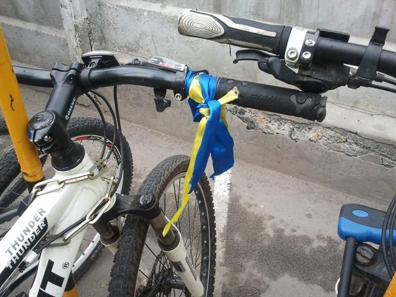 Жовто-блакитная ленточка на велосипеде Jiant Thunder