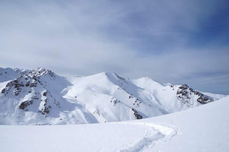 Слева направо, пик Титова (3871 м), гора Память (3665 м), вершины Мынжилки (3630 м) и Ворота Туюксу (3455 м)