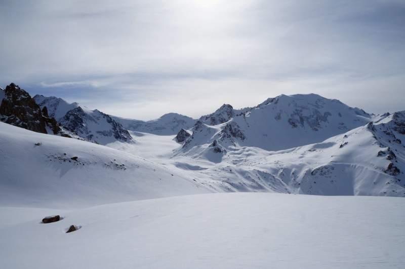 Вид на вершины, слева направо, Туюксу (4217), Погребецкого (4231 м), Зои Космодемьянской (4108 м), Молодежная (4147 м)
