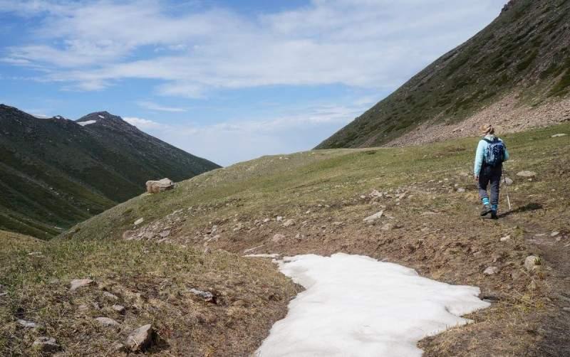 На обратном пути с моренных озер Титова. Слева вершина Кумбеля, справа склоны горы Медик (3341 м)