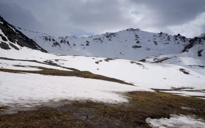 По мокрому снегу, к моренным озерам Титова, в начале июня
