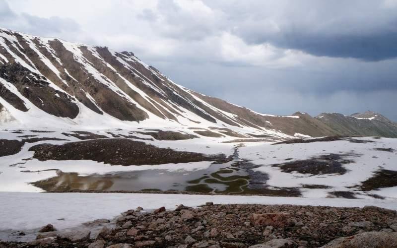 Гребень Кумбельтау, вдали видна гора Кумбель (3230 м)