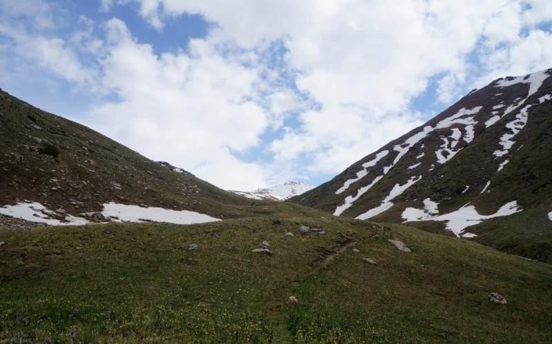 Развилка на перевал Трапеция (3100 м н.к.), вдали виден пик Титова (3871 м)