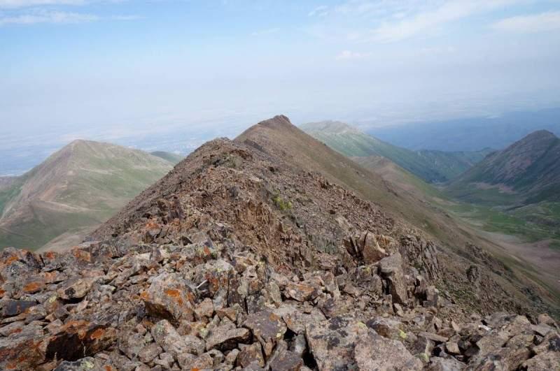 """Вид на Север. Слева направо - гора Терешковой, """"бочонок"""", Кумбель, Медик"""