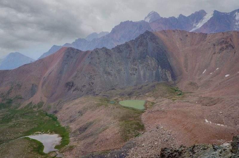С вершины открывается вид на ледниковые озера