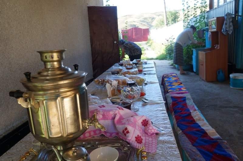 Летняя столовая в гостевом доме в селе Саты