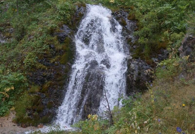 Водопад на ручье, стекающем с пика Каменского