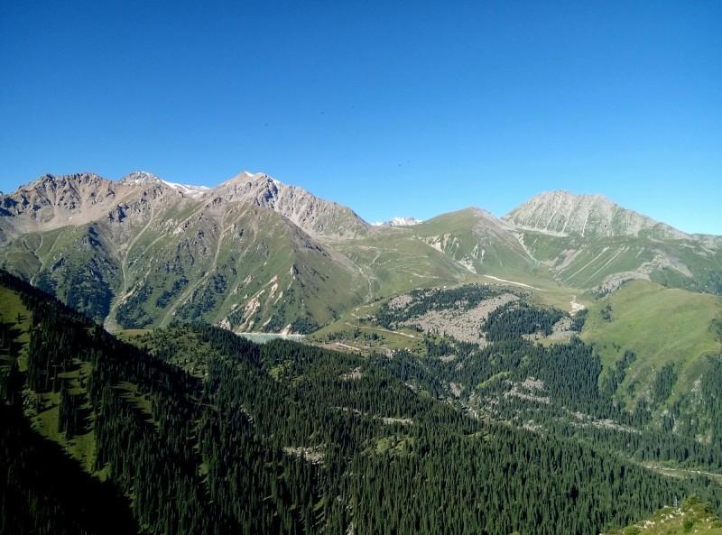 Вид с гребня Кумбельсу, справа по ходу движения видны вершины Крошка, Туран (ИЯФ), Турист, БАП (Большой Алматинский пик). БАО (Большое Алматинское озеро) видно не целиком. а только северная его часть.