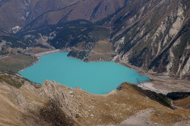 Вид на Большое Алматинское озеро с пика Крошка (3722 метра)