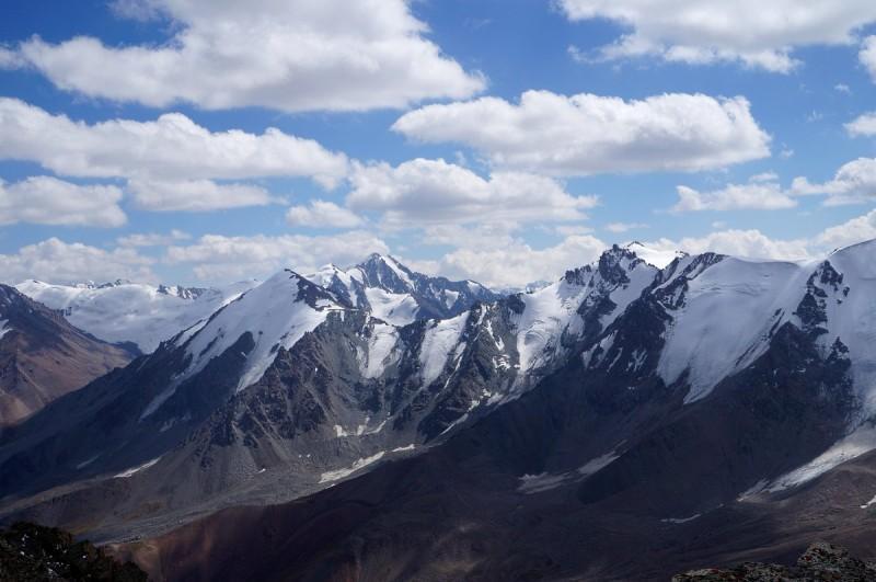 Вид с Турана на юг - на переднем плане, Озерная (4050 м), Чойбалсана (4164 м), на заднем плане пики Кудерина (4100 м), Ленинской смены (4279 м), Легостаева (4387 м), Наука (4191 м)
