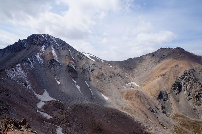 Вид на пики Туран и Турист с пика Крошка (3722 метра)