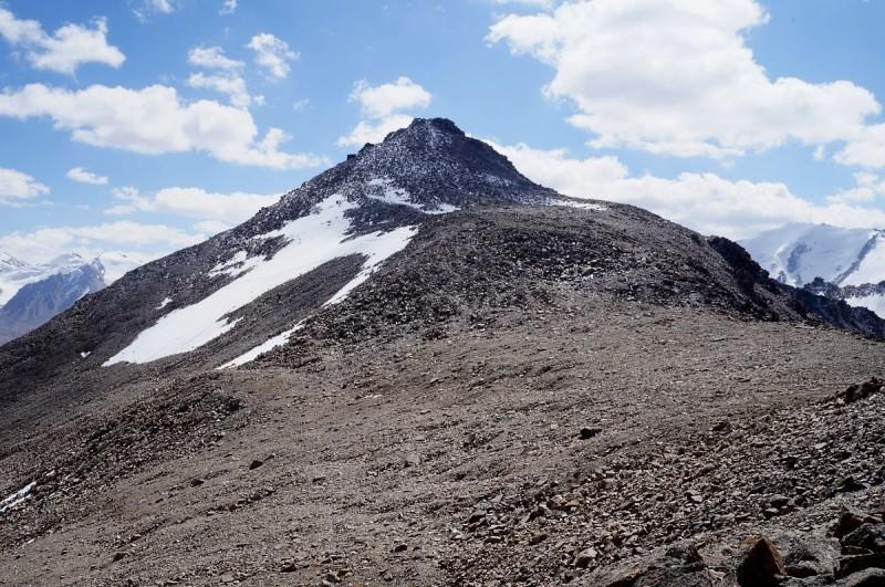 Пик ИЯФ(Туран) и перевал Туристский, со стороны подножия пика Турист