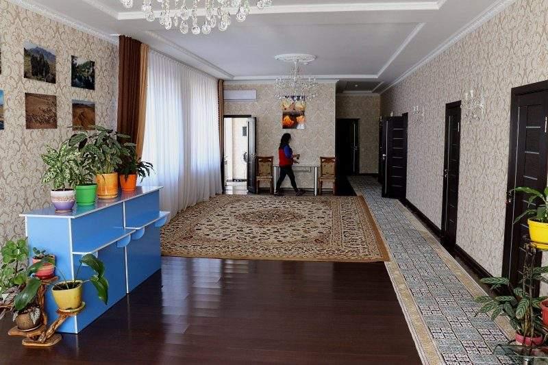 Хол гостиницы Айгым кум в Алтын Эмеле