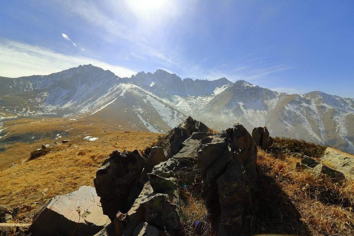 Вид с горы 3088 м на Емшек и др.