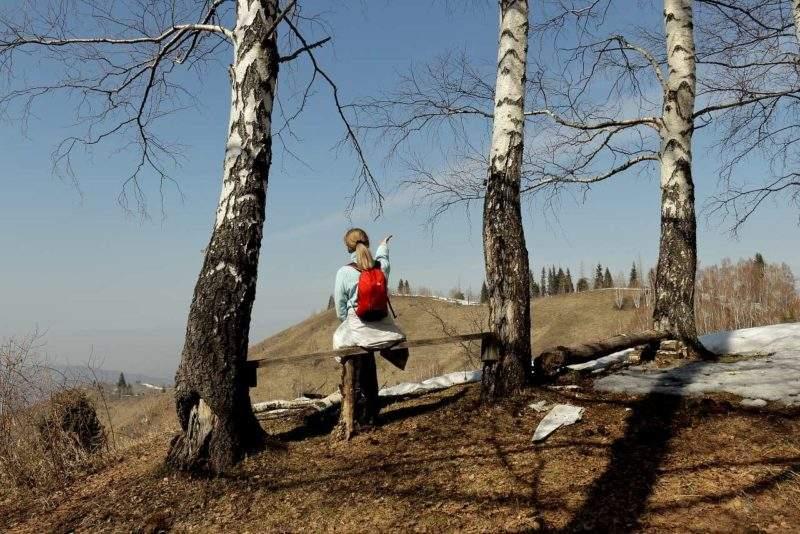Туристка на скамейке в горах