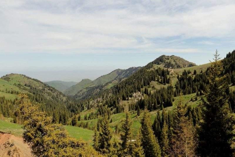 Ущелье Бельбулак, справа плато Актас