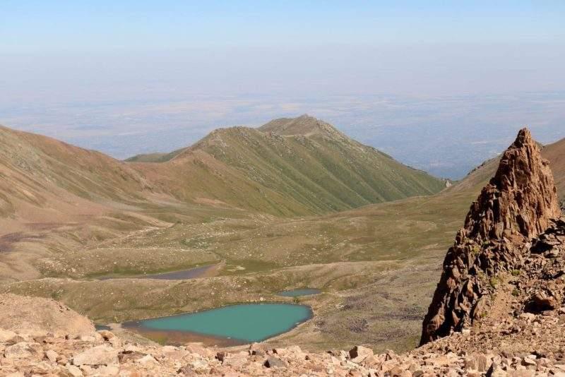 Вид на моренные озера Титова с перевала Титова