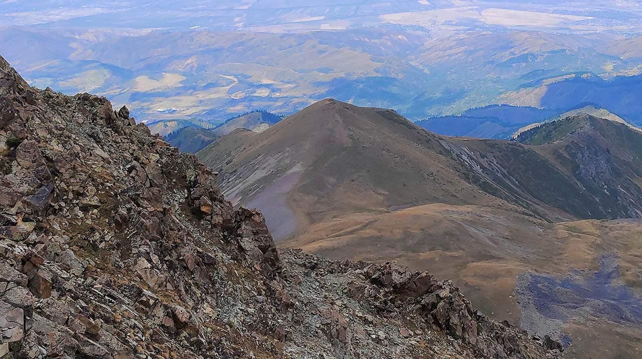 Вид на гору Рахат с пика Емшек